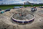 EDE - Op bedrijvenpark A30 in Ede storten medewerkers van Ballast Nedam Industriebouw beton voor de funderingen van windpark Maanderbroek. In opdracht van Raedthuys Pure Energie verrijzen twee windturbines met een totaal vermogen van 6,4 MW. De honderd meter hoge turbines, krijgen wieken van 101 meter diameter en moeten dit jaar in gebruik genomen worden. COPYRIGHT TON BORSBOOM