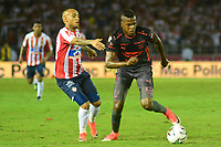 BARRANQUILLA- COLOMBIA, 8-12-2018: Jarlam Barrera  (Izq) jugador del Atlético Junior  disputa el balón con Larry Angulo (Der.) jugador del Independiente Medellín  durante el primer  partido de la final  de la Liga Águila II 2018 jugado en el estadio Metropolitano Roberto Meléndez de la ciudad de Barranquilla. / Sebastian Macias  (L) player of Atletico Junior  fights for the ball with Larry Angulo (R) player of Independiente Medellin during the first leg match Liga Aguila II 2018 played at the Metropoltano Roberto Melendez Stadium in Barranquilla  city. Photo: VizzorImage / Alfonso Cervantes / Contribuidor
