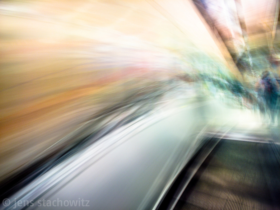On the escalator downwards | Auf der Roltreppe abwärts