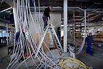 UTRECHT - Hoewel het lijkt alsof men door de bomen het bos niet meer zien, worden de kabels in de door Slingerland Bouw gebouwde Brede School keurig volgens planning aan het plafond gehangen. In het in opdracht van de gemeente Utrecht gebouwde complex komen drie basisscholen, twee gymzalen en een kinderopvang. Het gebouw krijgt energiezuinige verwaming, door middel van een zgn lange termijn energie opslag in de bodem. Tevens komt er daglichtafhankelijke verlichting en een groen dak met beplanting. De Brede school wordt inhet voorjaar van 2013 opgeleverd. COPYRIGHT TON BORSBOOM