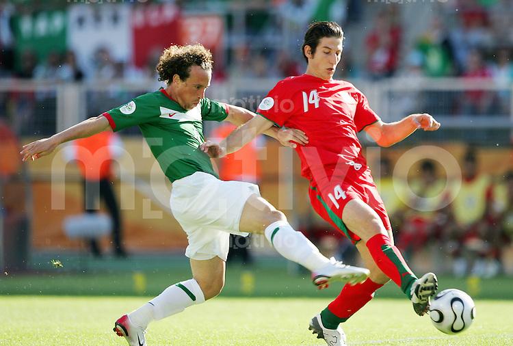 Fussball WM 2006        Mexiko - Iran Gerardo TORRADO (links, MEX) im Zweikampf mit Andranik TEYMOURIAN (rechts, IRN).