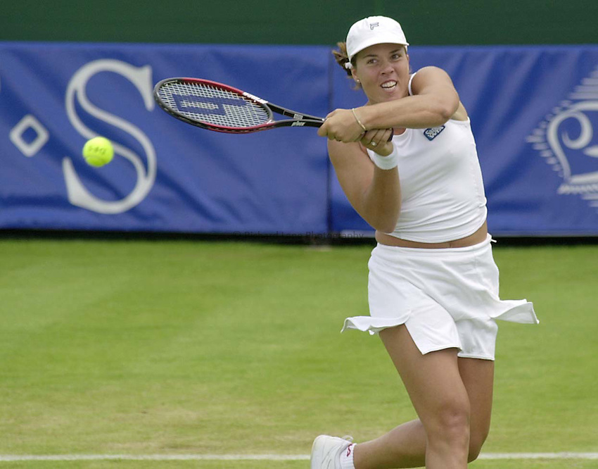 Photo. Richard Lane. .DFS Classic, Edgbaston, Birmingham. 15/6/2000.Jennifer Capriati returns.