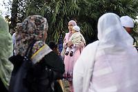 Roma, 13 Agosto 2011.Piazza Venezia..Iftar,il pasto che  interrompe il digiuno durante il mese sacro..Alcune decine di musulmani hanno preso parte ad un Iftar pubblico  con l'intento di promuovere una maggior informazione riguardo alla loro religione, l'Islam..La zona di preghiera delle donne