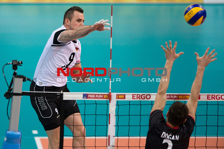 05.01.2014, MHP Arena, Ludwigsburg<br /> Volleyball, Qualifikation WM 2014, Deutschland vs. T&uuml;rkei / Tuerkei<br /> <br /> Angriff Georg / Gy&ouml;rgy / Gyoergy Grozer (#9 GER) - Block Turgay Dogan (#2 TUR)<br /> <br />   Foto &copy; nordphoto / Kurth