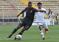 BOGOTÁ -COLOMBIA, 05-11-2017: Fabian Mosquera (Izq) de Tigres FC disputa el balón con Yeison Guzman (Der) de Envigado FC durante partido por la fecha 19 de la Liga Águila II 2017 jugado en el estadio Metropolitano de Techo de la ciudad de Bogotá. / Fabian Mosquera (L) player of Tigres FC fights for the ball with Yeison Guzman (R) player of Envigado FC during the match for the date 19 of the Aguila League II 2017 played at Metropolitano de Techo stadium in Bogota city. Photo: VizzorImage/ Gabriel Aponte / Staff