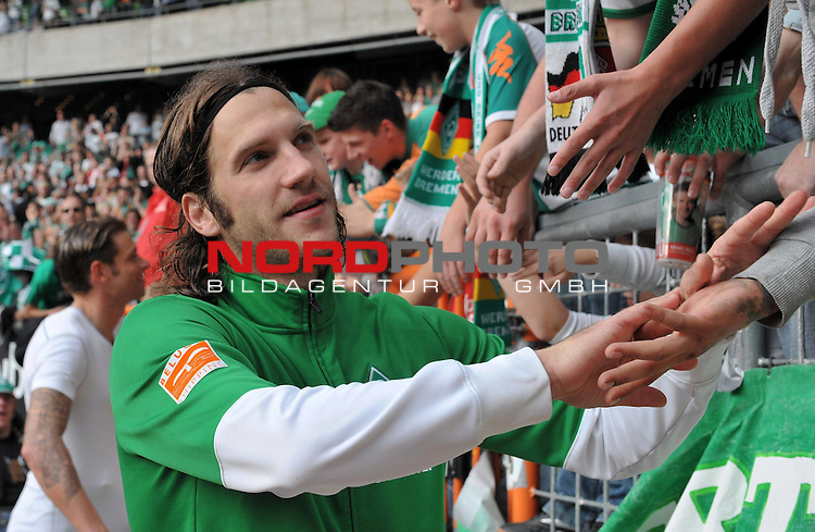 FBL 09/10  07. Spieltag Hinrunde / Weser Stadion<br /> Werder Bremen - Mainz05<br /> <br /> Dank an die Fans von Torsten Frings ( Bremen GER #22 )<br /> <br /> <br /> Foto &copy; nph ( nordphoto )