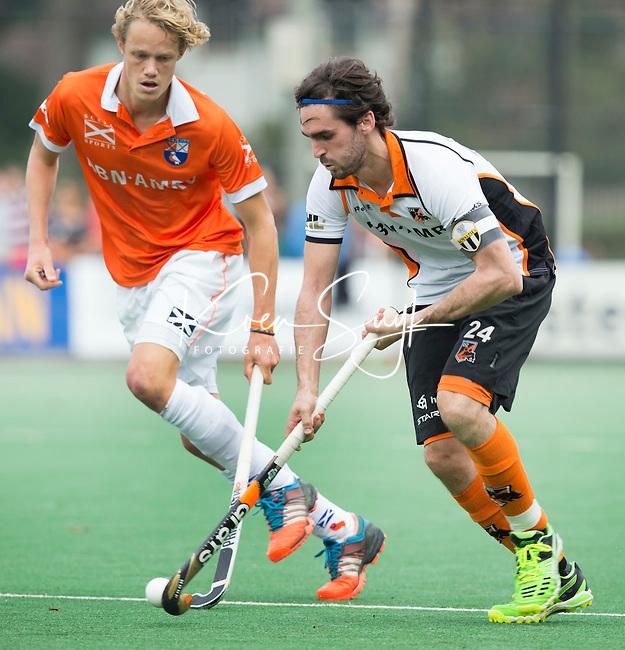 BLOEMENDAAL - Robert van der Horst van OZ  tijdens  de wedstrijd tussen de mannen van Bloemendaal en Oranje-Zwart (1-2). links Tim Jenniskens van Bl'daal. Copyright Koen Suyk