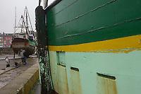 France, Bretagne, (29), Finistère, Douarnenez: le port de pêche, bateaux de pêche  en cale sèche