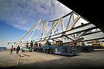KRIMPEN A/D IJSSEL - In Krimpen a/d IJssel leggen medewerkers van staalconstructiebedrijf Hollandia onderdelen van de Eastern Tangent brug op stalen vijzels als voorbereiding van transport in opdracht van NLI Noorwegen over water naarOslo, Noorwegen.  COPYRIGHT TON BORSBOOM