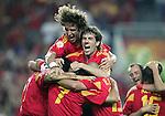 Fussball INTERNATIONAL EURO 2004 Spanien - Russland JUBEL ESP; Carlos Puyol (oben,li) und David Albelda(oben re) nach dem 1-0 durch Juan Carlos Valeron