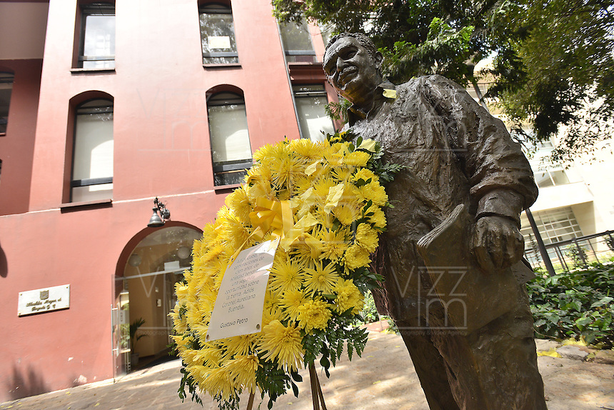 BOGOTA -COLOMBIA. 18-04-2014. Aspecto del busto de Gabriel García Marquez premio Nobel de Literatura 1982 quien murió a los 87 años de edad en ciudad de México ayer, 17 de abril de 2014./ Aspect of the stone bust of Colombian Nobel Prize-Winning Author Gabriel Garcia Marquez who died at 87 in Mexico city, yesterday April 17 2014.   Photo: VizzorImage/ Gabriel Aponte/ Staff