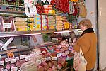 Andalucia, Andalusia, Cadiz, Cadiz-City, Europe, Geography, Spain, Andalusien, Cadiz-Stadt, Europa, Geografie, Spanien, Costa de la Luz, Cities, Kulturlandschaft, Kulturlandschaften, Landschaftsform, Landschaftsformen, Ort, Orte, Städte, Stadtleben, Strassenleben, landscape, landscape form, landscape forms, landscapes, manmade landscape, street-life, town, towns, Bauernmarkt, Bauernmärkte, Maerkte, Örtlichkeiten, farmer's market, farmer's markets, farmers market, localities, Fleischerei, Fleischereien, Handarbeit, Handarbeiten, Handwerk, Metzgerei, Metzgereien, Produktion, Produktionsformen, Produktionsstätten, Schlachter, Schlachterei, Schlachterein, butcher, butcher's, butcher's shop, manufactoring, manufacture, production, the craft, food, food stuff, food stuffs, foodstuffs, meat, sausage, Ernährung, Esswaren, Fleisch, Lebensmittel, Nahrungsmittel, Wurst, Würste, Wurstware, Wurstwaren, client, clients, folks, human, human being, human beings, humans, living being, people, person, persons, Kunde, Lebewesen, Leute, Mensch, Menschen, Personen