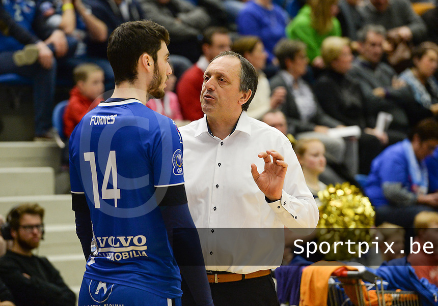 20161228 - ROESELARE ,  BELGIUM : Roeselare's head coach Emile Rousseaux pictured talking to his player Miquel Angel Fornes (left) during the second semi final in the Belgian Volley Cup between Knack Volley Roeselare and Lindemans Aalst in Roeselare , Belgium , Wednesday 28 th December 2016 . PHOTO SPORTPIX.BE | DAVID CATRY
