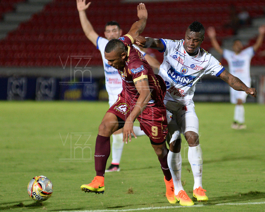 IBAGUE -COLOMBIA, 30-10-2016: Angelo Rodriguez (Der.) jugador de Deportes Tolima disputa el balón con Yoiver Gonzalez (Izq.) jugador del Deportivo Pasto, durante partido por la fecha 18 de la Liga Aguila II 2016 entre Deportes Tolima y Deportivo Pasto,  jugado en el estadio Manuel Murillo Toro de la ciudad de Ibague. / Angelo Rodriguez (R) player of  Deportes Tolima vies for the ball with Yoiver Gonzalez (L) player of Deportivo Pasto, during a match for the date 18 of the Aguila League II 2016, between Deportes Tolima and Deportivo Pasto,  played at Manuel Murillo Toro stadium in Ibague city. Photo: VizzorImage / Juan Carlos Escobar / Cont.