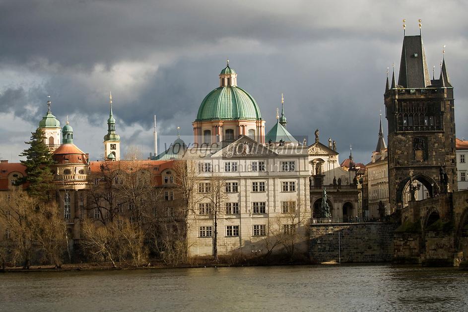 Europe/République Tchèque/Prague: Eglise Baroque  Saint- Sauveur du Clementinum et Pont Charles