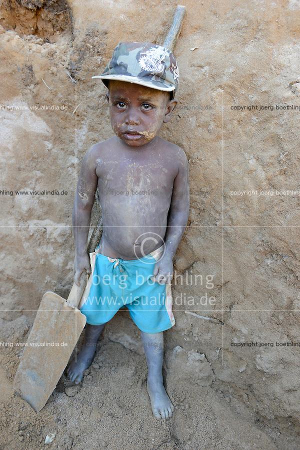 MADAGASCAR, region Manajary, town Vohilava, small scale gold mining / MADAGASKAR Mananjary, Vohilava, kleingewerblicher Goldabbau, Familien mit ihren Kindern graben einen neuen Stollen