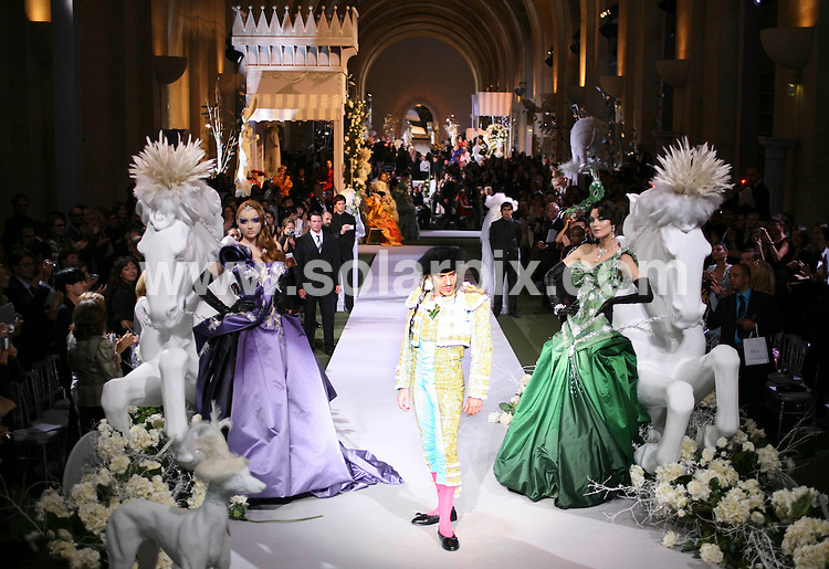 **ALL ROUND PICTURES FROM SOLARPIX.COM**.**NO UK NEWSPAPER PUBLICATION **UK MAGAZINE PUBLICATION ONLY** AND NO PUBLICATION IN FRANCE, SCANDINAVIA, AUSTRALIA AND GERMANY** .Anna Wintour the editor-in-chief of American Vogue is pictured at the Chanel couture catwalk show at Paris fashion week today..JOB REF: 4210- SFE       DATE:03_07_07 .**MUST CREDIT SOLARPIX.COM OR DOUBLE FEE WILL BE CHARGED* *UNDER NO CIRCUMSTANCES IS THIS IMAGE TO BE REPRODUCED FOR ANY ONLINE EDITION WITHOUT PRIOR PERMISSION*