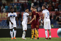 Calcio, Serie A: Roma - Atalanta, Stadio Olimpico, 27 agosto, 2018.<br /> Roma's players greet Atalanta's players at the end of the Italian Serie A football match between Roma and Atalanta at Roma's Stadio Olimpico, August 27, 2018.<br /> UPDATE IMAGES PRESS/Isabella Bonotto