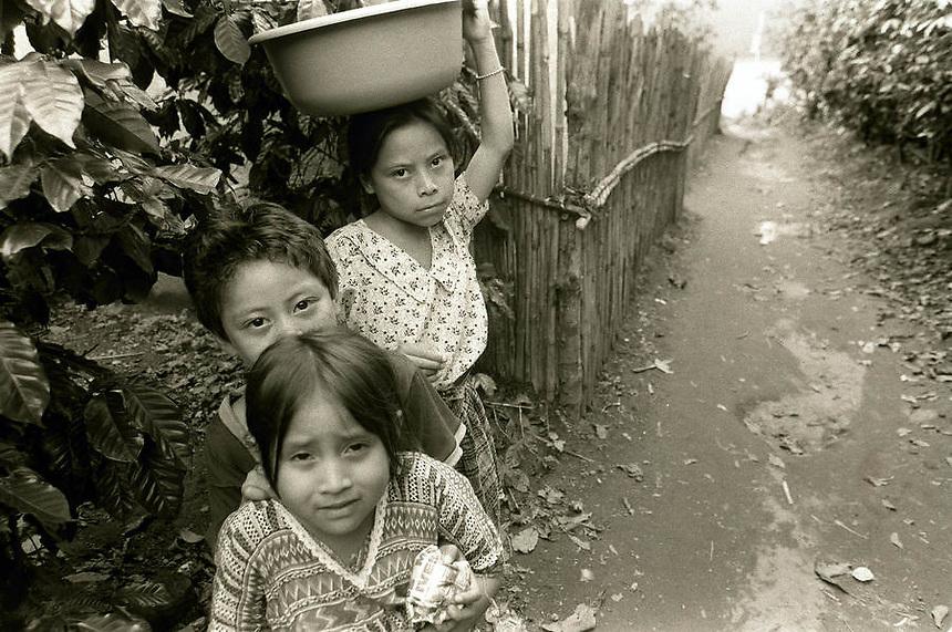 Tres niños - Three children, Lago de Atitlán, Guatemala.