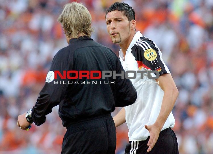 Europameisterschaft 2004 Portugal<br /> <br /> <br /> <br /> Deutschland - Niederlande<br /> <br /> <br /> <br /> Kevin Kuranyi (Deutschland) im Gespraech mit Schiedsrichter Anders Frisk (SWE)<br /> <br /> <br /> <br /> Foto &copy; nordphoto