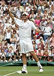 Tennis All England Championships Wimbledon Andy Roddick (USA) jubelt nach seinem Sieg ueber Thomas Johansson (SWE).