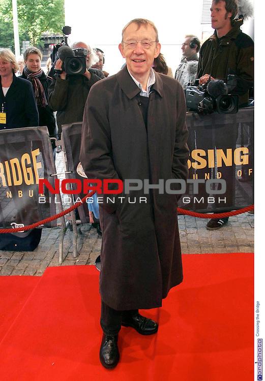 Premiere der Films &quot; Crossing the Bridge - The Sound of Istanbul&quot; im Hamburger Cinemaxx-Kino in Hamburg<br /> <br /> <br /> <br /> Premierengast: Regisseur Hark Bohm auf dem roten Teppich.<br /> <br /> Foto &copy; nordphoto / Volker Sarbach