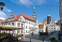 Deutschland, Freistaat Sachsen, Pirna: historische Altstadt mit Marktplatz, Rathaus, Canaletto-Haus und Stadtkirche St. Marien | Germany, the Free State of Saxony, Pirna: historical old town with market square, town hall, Canaletto house and church St. Mary