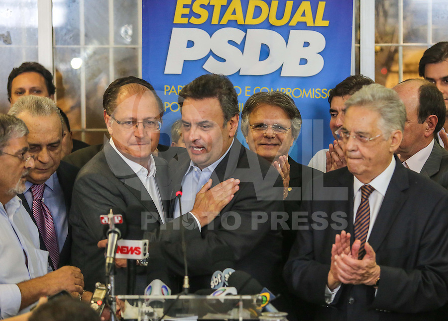 SÃO PAULO, SP, 25 MARÇO 2013 - COLETIVA PSDB CONGRESSO -  O senador Aécio Neves (D) (PSDB-MG) e o governador de São Paulo Geraldo Alckmin atende jornalistas no do Congresso do PSDB, na capital paulista, nesta segunda-feira, 25. (FOTO: WILLIAM VOLCOV / BRAZIL PHOTO PRESS).