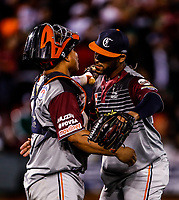 Ricardo Gomez (59) pitcher relevo de Venezuela y el catcher (i) Willians Astudillo