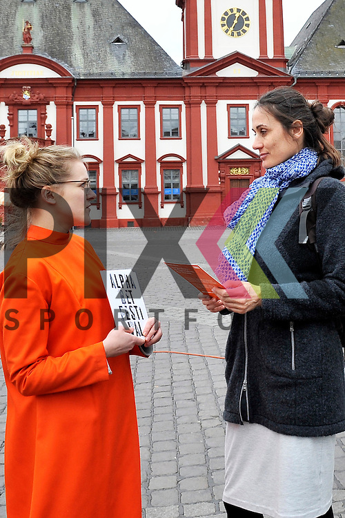Mannheim 28.02.17 Die Oper laedt Mannheim ein - Alphabet Festival auf dem Marktplatz. Im Bild v.l. Julia Warnemuende im Gespraech mit Julia Kunzendorf.<br /> <br /> Foto &copy; Ruffler For editorial use only. (Bild ist honorarpflichtig - No Model Release!)