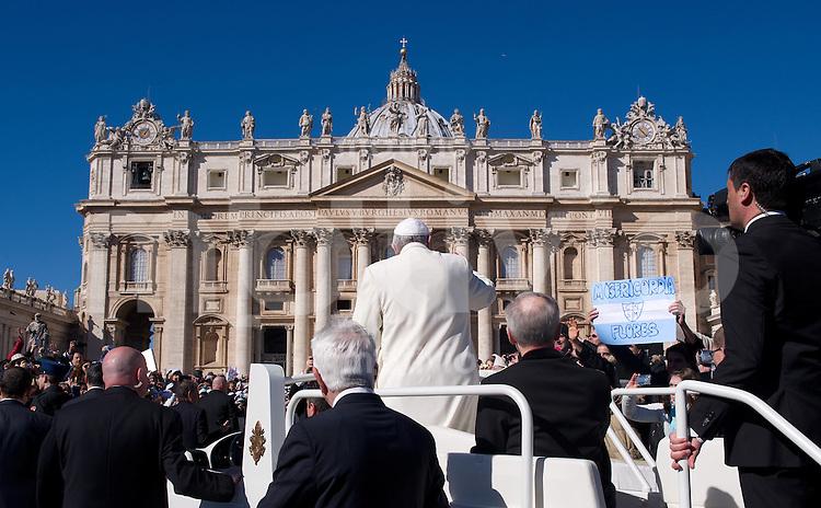 Rom, Vatikan  05.03.2014 Papst Franziskus I. faehrt bei der woechentlichen Generalaudienz auf dem Petersplatz mit dem Papamobil vor dem Petersdom