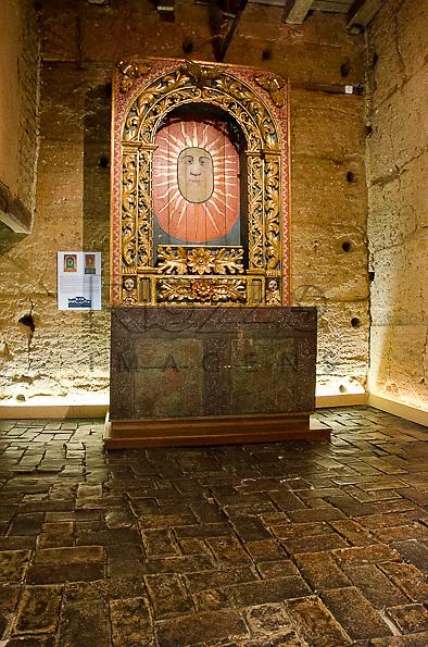 Altar da Fazenda Piraí, século XVII, madeira policromada com nicho embutido, possuí trabalho em talha, com policromía e ouro.Acervo do Museu de Arte Sacra de São Paulo, São Paulo - SP, 02/2013.