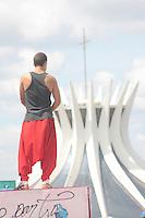 BRASÍLIA, DF 20 DE ABRIL 2013. COMEMORAÇÕES DO ANIVERSÁRIO DE BRASÍLIA DIA 21 DE ABRIL. Várias atrações esportivas e artísticas no dia que antecede o aniversário de Brasilia 21 de abril. Todo o calçadão do Museu Nacional, Biblioteca Nacional e outros estão tomados pelos eventos neste sábado 20 de abril..PARKOUR.FOTO RONALDO BRANDÃO / BRAZIL PHOTO PRESS