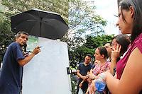 ATENCAO EDITOR: FOTO EMBARGADA PARA VEICULO INTERNACIONAL - SAO PAULO, SP, 11 NOVEMBRO 2012 - CONCURSO SPTRANS  - Candidatos  aproveitam os ultimos instantes para receber de professor que montou uma  lousa dicas de como responder questoes do concurso da SPtrans ligadas a matematica na Uninove campus vergueiro na Liberdade regiao central da cidade nesse domingo, 11 . (FOTO: LEVY RIBEIRO / BRAZIL PHOTO PRESS)