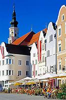Oesterreich, Oberoesterreich, Barockstadt Schaerding: Silberzeile im Stadtzentrum mit Stadtpfarrkirche | Austria, Upper Austria, centre of baroque town Schaerding: road Silberzeile and parish church