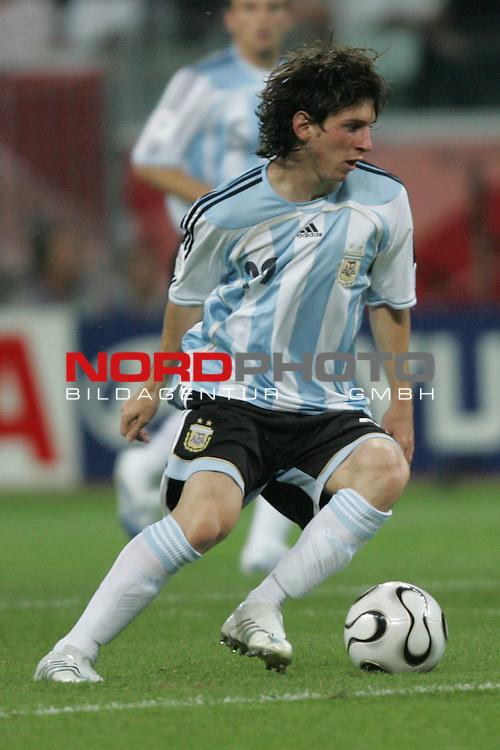 FIFA WM 2006 -  Gruppe C Vorrunde ( Group C )<br /> Play     #37 (21-Jun) - Niederland ( Holland ) - Argentinien 0:0<br /> <br /> Lionel Messi von Argentinien in Einzel Aktion.<br /> Lionel Messi f&uuml;hrt den Ball mit dem linken Fuss.<br /> <br /> Foto &copy; nordphoto