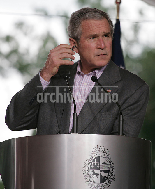 El Presidente de Estados Unidos George W. Bush habla durante una conferencia de prensa junto a su par de Uruguay Tabare Vazquez  en la residencia presidencial de Anchorena.*US President George W. Bush speaks during a press conference with his counterpar of Uruguay, Tabare Vazquez, wat the summer residence of Anchorena,
