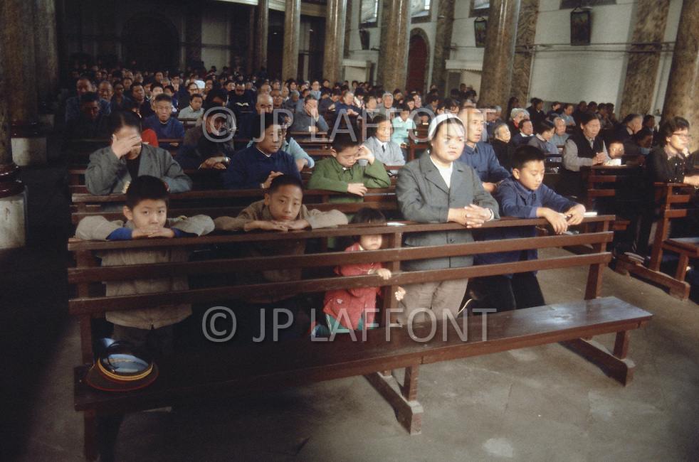 October 1984. In Beijing, Sunday morning, some Catholic Chinesse at the Whang Fu Jing Church.