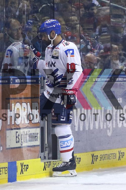 Jamie Tardif (#49, Adler Mannheim) muss eine Zwei-Minuten-Strafe absitzen , Eisbaeren Berlin vs. Adler Mannheim, Eishockey, DEL, 04.12.2015 beim Spiel in der DEL, Eisbaeren Berlin - Adler Mannheim.<br /> <br /> Foto &copy; PIX-Sportfotos *** Foto ist honorarpflichtig! *** Auf Anfrage in hoeherer Qualitaet/Aufloesung. Belegexemplar erbeten. Veroeffentlichung ausschliesslich fuer journalistisch-publizistische Zwecke. For editorial use only.