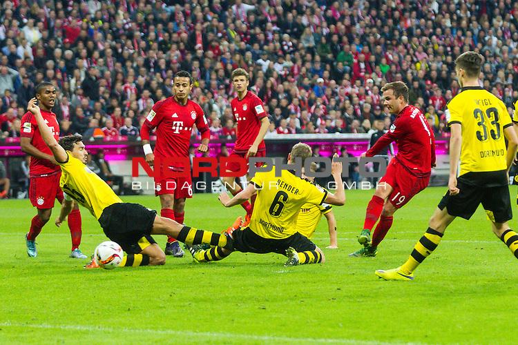 04.10.2015, Allianz Arena, Muenchen, GER, 1.FBL,  FC Bayern Muenchen vs. Borussia Dortmund, im Bild Torschuss zum 5-1 durch Mario Goetze (FCB #19) mit Sven Bender (BVB #6) Mats Julian Hummels (BVB #15) Thiago Alcantara do Nascimento (FCB #6) Douglas Costa de Souza (FCB #11) Julian Weigl (BVB #33) <br /> <br /> Foto &copy; nordphoto / Straubmeier