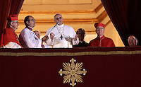 Il nuovo Papa Francesco saluta i fedeli dalla Loggia centrale della Basilica di San Pietro, Citta' del Vaticano, 13 marzo 2013. Il Cardinale argentino Jorge Mario Bergoglio, che ha scelto il nome di Papa Francesco, e' il 266esimo Pontefice della Chiesa Cattolica Romana eletto dai 115 cardinali del Conclave..Newly elected Pope Francis greets the crowd from the central balcony of St. Peter's Basilica at the Vatican, 13 March 2013. Argentine Cardinal Jorge Mario Bergoglio, who chose the name of Pope Francis, is the 266th pontiff of the Roman Catholic Church elected by a Conclave of 115 cardinals. .UPDATE IMAGES PRESS/Riccardo De Luca.STRICTLY ONLY FOR EDITORIAL USE -STRICTLY FOR EDITORIAL USE ONLY-
