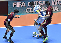 CALI -COLOMBIA-01-10-2016: Romulo (Izq) y Eder Lima (DEr)jugador de Rusia disputa el balón con xxx (Der) jugador de Argentina durante partido por la final de la Copa Mundial de Futsal de la FIFA Colombia 2016 jugado en el Coliseo del Pueblo en Cali, Colombia. / xxx (L) player of Russia fights the ball with xxx (R) player of Argentina during match of final of the FIFA Futsal World Cup Colombia 2016 played at Metropolitan Coliseo del Pueblo in Cali, Colombia. Photo: VizzorImage/ Gabriel Aponte / Staff