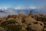 Crumbling dolerite columns define most of the Overland's shadowing peaks. top target for mot walkers is 1617 m Mt Ossa, Tasmania's highest point which is accessible in fair weather via a steep side-track....Sommet du  Mont Ossa (1617 m) point culminant de la Tasmanie. colonnes de dolérites, c'est l'un des liens géologiques entre la Tasmanie et l'Antarctique, une roche formée il y a170 millions d'années quand le supercontinent Gondwana a commencé à se fracturer.