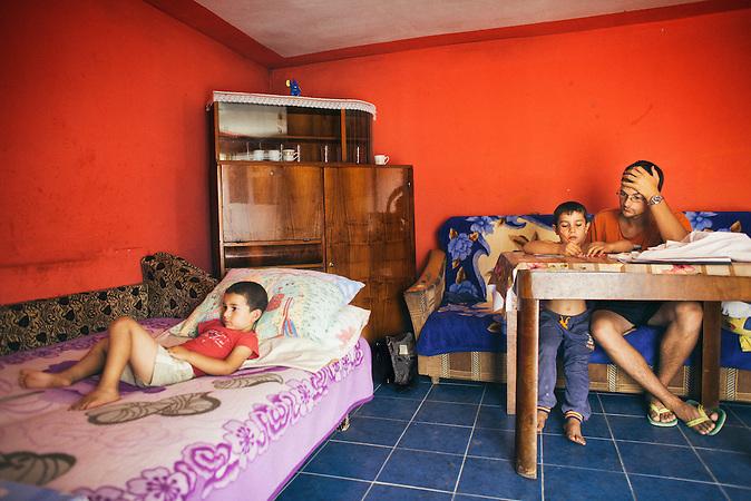 Der Volontaer André Franz gibt Nachhilfe in einer Wohnung. Europa, Rumaenien, Rusciori den 27. Juli 2015