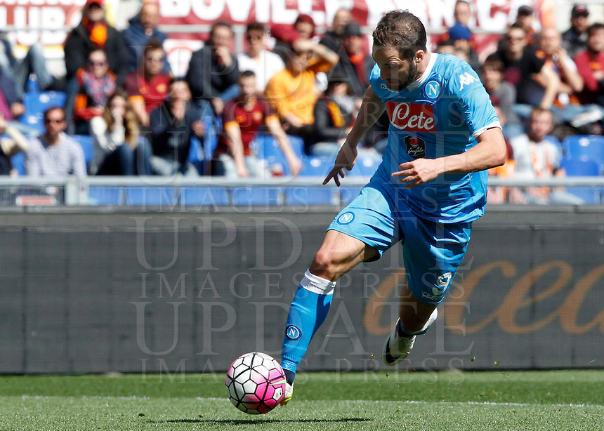Calcio, Serie A: Roma vs Napoli. Roma, stadio Olimpico, 25 aprile 2016.<br /> Napoli's Gonzalo Higuain in action during the Italian Serie A football match between Roma and Napoli at Rome's Olympic stadium, 25 April 2016.<br /> UPDATE IMAGES PRESS/Riccardo De Luca