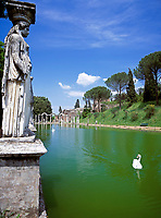 ITA, Italien, Lazio, Tivoli, Villa Adriana: Canopus mit Repliken der originalen Karyatiden am Kanalufer | ITA, Italy, Lazio, Tivoli: Villa Adriana