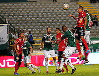 CALI - COLOMBIA -02-06-2016: German Mera (Der.) jugador de Deportivo Cali disputa el balón con Hernan Pertuz (Izq.) player de Deportivo Independiente Medellin, durante partido de ida de los cuartos de final entre Deportivo Cali y Deportivo Independiente Medellin, por la Liga Aguila I-2016, jugado en el estadio Deportivo Cali (Palmaseca)  de la ciudad de Cali. / German Mera (R) player of Deportivo Cali vies for the ball with Hernan Pertuz (L) player of Deportivo Independiente Medellin, during a match for the first leg of the quarter of finals between Deportivo Cali and Deportivo Independiente Medellin for the Liga Aguila I-2016 at the Deportivo Cali (Palmaseca) stadium in Cali city. Photo: VizzorImage  / Nelson Rios / Cont