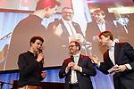 Foto: VidiPhoto<br /> <br /> DEN HAAG – Verbijstering en ongeloof woensdagavond in het provinciehuis in Den Haag, toen de eerste exitpolls voor Zuid-Holland werden bekend gemaakt. Forum voor Democratie werd uit het niets de grootste fractie en verdrong de VVD van de eerste plaats. Van Forum was echter niemand aanwezig om een reactie te geven. Foto: Interview met de jongste deelnemer aan de verkiezingen, Jonathan Thijs (l), de nr. 17 op de lijst van GroenLinks en het langstzittende (26 jaar) statenlid, Servaas Stoop (m) van de SGP.