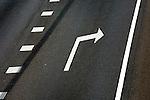 DEN HAAG - Witte pijlen en witte strepen op het asfalt van een snelweg geven richting aan voor het verkeer. ANP PHOTO COPYRIGHT TON BORSBOOM