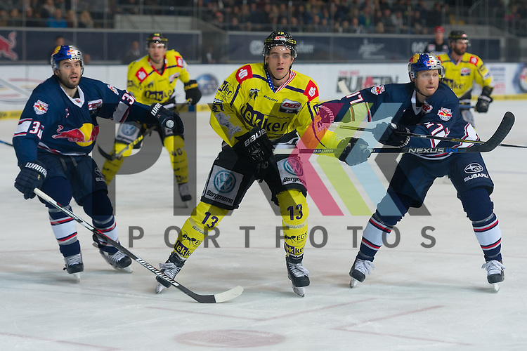 Eishockey, DEL, EHC Red Bull M&uuml;nchen - Krefeld Pinguine <br /> <br /> Im Bild Fr&eacute;d&eacute;ric ST-DENIS (EHC Red Bull M&uuml;nchen, 32), Mike COLLINS (Krefeld Pinguine, 13), Ulrich MAURER (EHC Red Bull M&uuml;nchen, 77) verfolgen den Puck in die Ecke beim Spiel in der DEL EHC Red Bull Muenchen - Krefeld Pinguine.<br /> <br /> Foto &copy; PIX-Sportfotos *** Foto ist honorarpflichtig! *** Auf Anfrage in hoeherer Qualitaet/Aufloesung. Belegexemplar erbeten. Veroeffentlichung ausschliesslich fuer journalistisch-publizistische Zwecke. For editorial use only.
